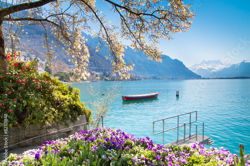 Fotobehang Meer Flowers, Mountains and Lake Geneva in Montreux, Switzerland