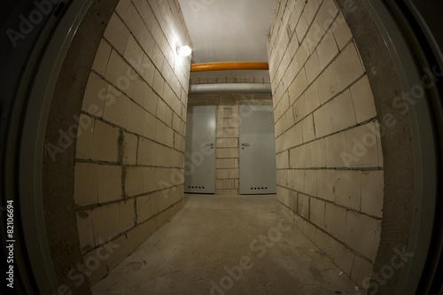 In de dag basement corridor