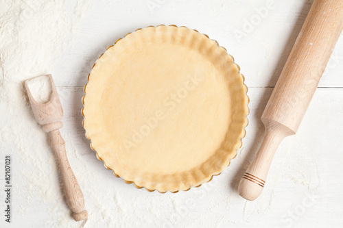 Papiers peints Dessert Tart pie preparation, dough with yeast and rolling pin on white