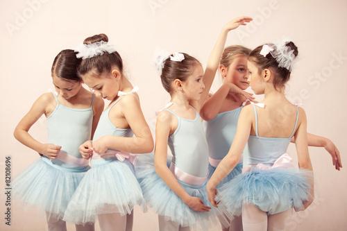 Leinwanddruck Bild Group of five little ballerinas preparing for performance