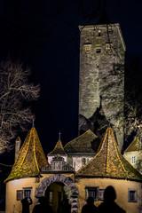 Dunkle Gestalten am ältesten Burgtor von Rothenburg