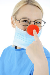 Arzt im OP als Clown verkleidet