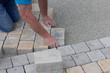 Bauarbeiter verlegt Pflastersteine