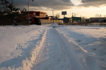 夕暮れの雪道