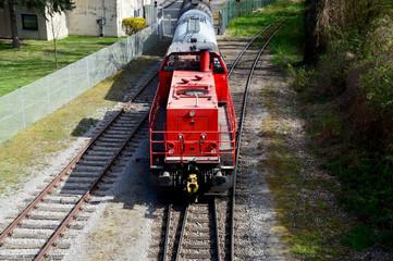 Diesellokomotive mit Waggons am Güterbahnhof