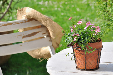 pot de fleurs sur table de jardin