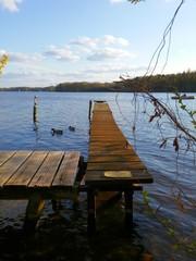 Holzsteg am Wasser