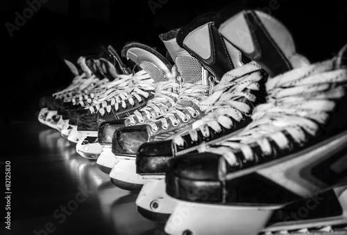 Aluminium Wintersporten Hockey skates lined up in locker room