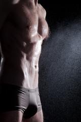 Durchtrainierter Mann duscht