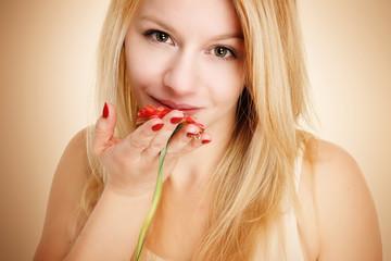 blonde Frau mit Blume