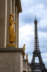 Place du Trocadéro, goldene Statuen