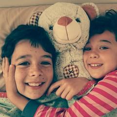 Niños en la cama con osito