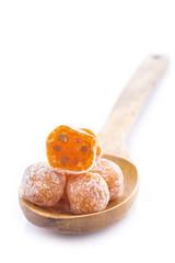 kumquat o frutos secos del naranjo enano aislado en fondo blanco