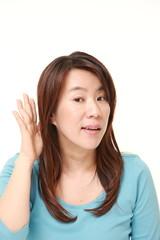耳を澄ます女性