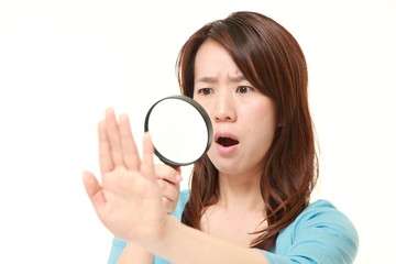 爪のトラブルにショックを受ける女性