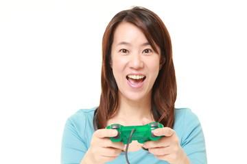テレビゲームを楽しむ女性