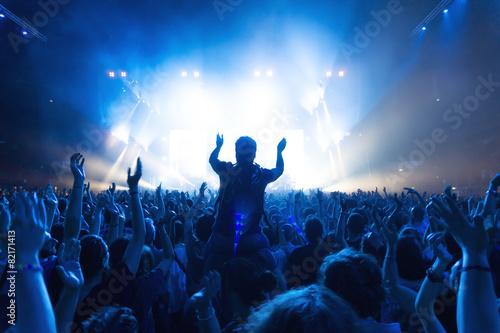 Foule de gens au concert devant de la scène avec des lumières Poster