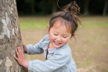 木を触る女の子
