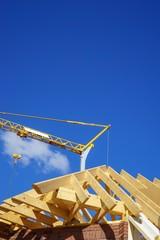 Hausbau - Dachstuhl mit Holzsparren, Baukran