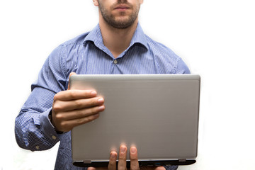 uomo in camicia con in mano un computer portatile