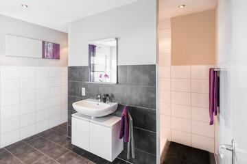 Badezimmer / violett I