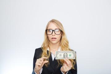 blonde geschäftsfrau mit euro und dollar in der hand
