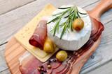 Schinken und Käse auf Holzbrett