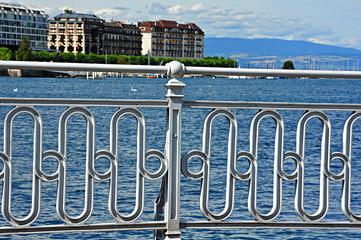 Barandilla al borde del lago de Ginebra, Suiza
