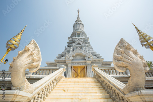 Papiers peints Autre Oudong, stupa that contains relics of Buddha, stairs to golden d