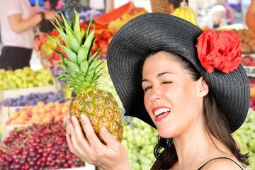 giovane donna al mercato con ananas