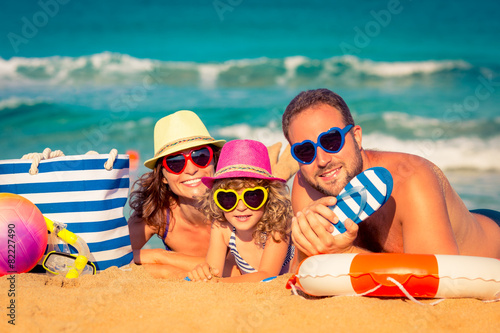 Family at the beach - 82227490