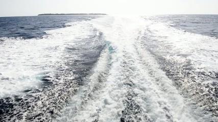 南国沖縄のきれいな海と航跡