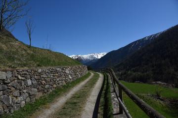 strada sterrata campagna montagna