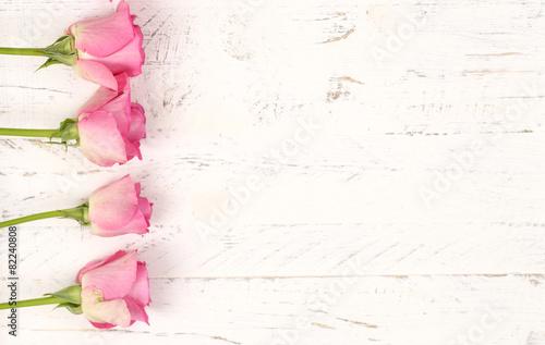 Rosen mit Holzhintergrund - 82240808