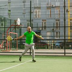 man play tennis outdoor
