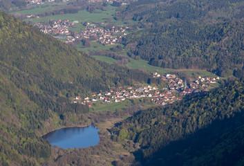 Lac et village d'Alsace