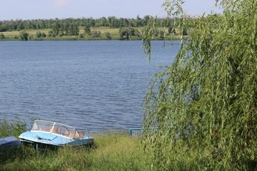 На природе у озера