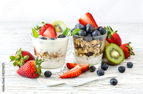 Foto op Plexiglas Kruidenierswinkel Healthy breakfast with muesli in glass, fresh berries and yogurt