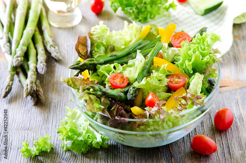 Leinwanddruck Bild Fresh mixed salad with green asparagus for healthy snack