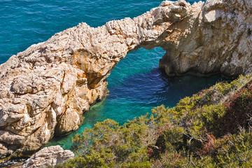 Steinbrücke im Meer