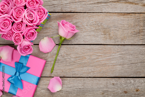 Plexiglas Rozen Valentines day background with gift box full of pink roses