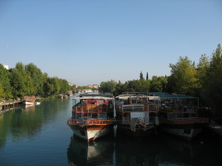 Прогулочные лодки  на реке
