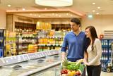 junges Paar kauf im Supermarkt ein - shopping