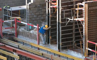 Ouvrier sur un chantier de construction (béton armé)