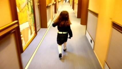 bambina che corre in un corridoio