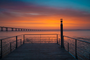 nascer do sol com ponte ao fundo