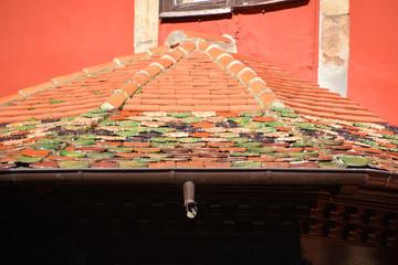 tejas de colores en un tejado