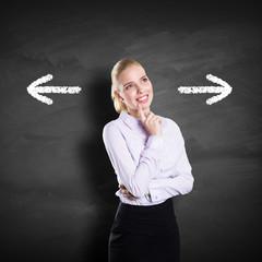 Geschäftsfrau muss sich für eine Richtung entscheiden