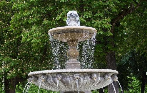 Leinwanddruck Bild Brunnen auf der Place des Vosges, Paris
