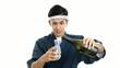 日本酒の瓶を持つ笑顔の寿司職人